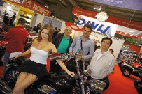 Dinli: Eric Lucot (Dinli-Import Frankreich), Bruno Payer (Dinli-Import Deutschland und Österreich) und Lu Thai Yang (Dinli Metal Industrial, Taiwan) präsentieren stolz die Dinli 800 – eigentlich ein ATV, das nur zwei Räder besitzt