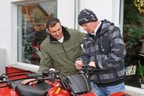 Frank Fichtner von Honda Schlieter in Erfurt erklärt Daniel Rosenbusch die Funktionen der Honda TRX420
