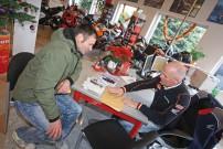Frank Fichtner von Honda Schlieter in Erfurt übergibt Daniel Rosenbusch die Papiere der Honda TRX420
