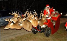 Weihnachtsmann: hat offensichtlich keinen Bock mehr auf Rentiere und bevorzugt festlich geschnmückte ATVs