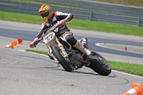 1. Lauf der SuperMoto Austria 2014 am 26. und 27. April: im PS Racing Center in Greinbach: Drift-Einlage von Andy Buschberger