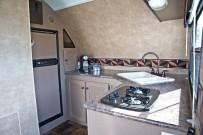 Amerikanische Wohnwagen mit Garage: Küche mit Gasherd, Microwelle und üppigem Kühlschrank