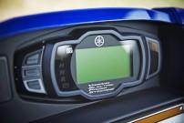 Yamaha Wolverine R, Bedienelemente im Automobil-Stil: digitales Display mit Anzeigen für Tempo, Wegstrecke, Tageskilometer, Betriebsstunden, Uhrzeit, Kraftstoffvorrat, eingelegtem Gang und gewähltem Antriebsmodus